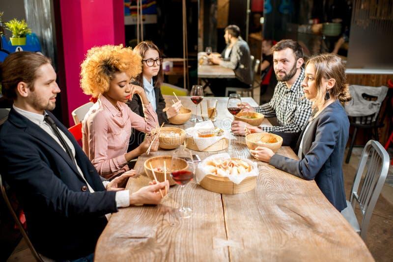 Hombres de negocios durante la cena en el restaurante fotografía de archivo