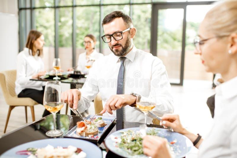 Hombres de negocios durante un almuerzo en el restaurante foto de archivo libre de regalías