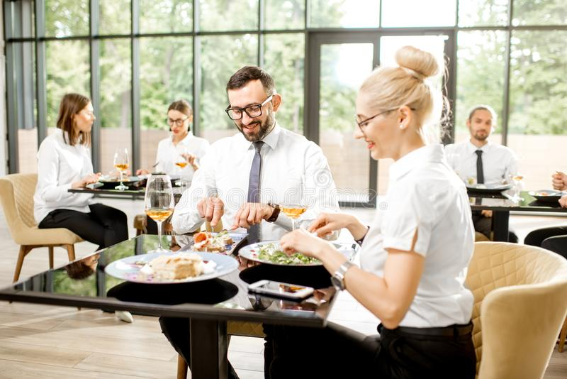 Hombres de negocios durante un almuerzo en el restaurante foto de archivo