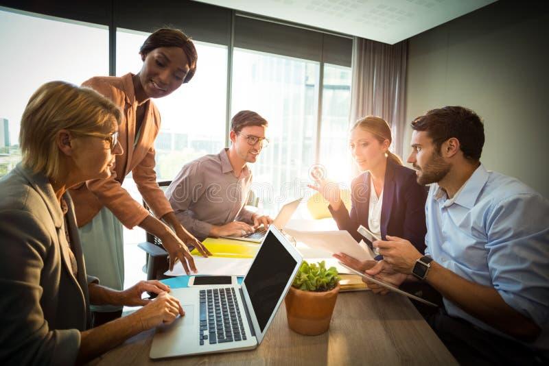 Hombres de negocios durante una reunión fotos de archivo libres de regalías