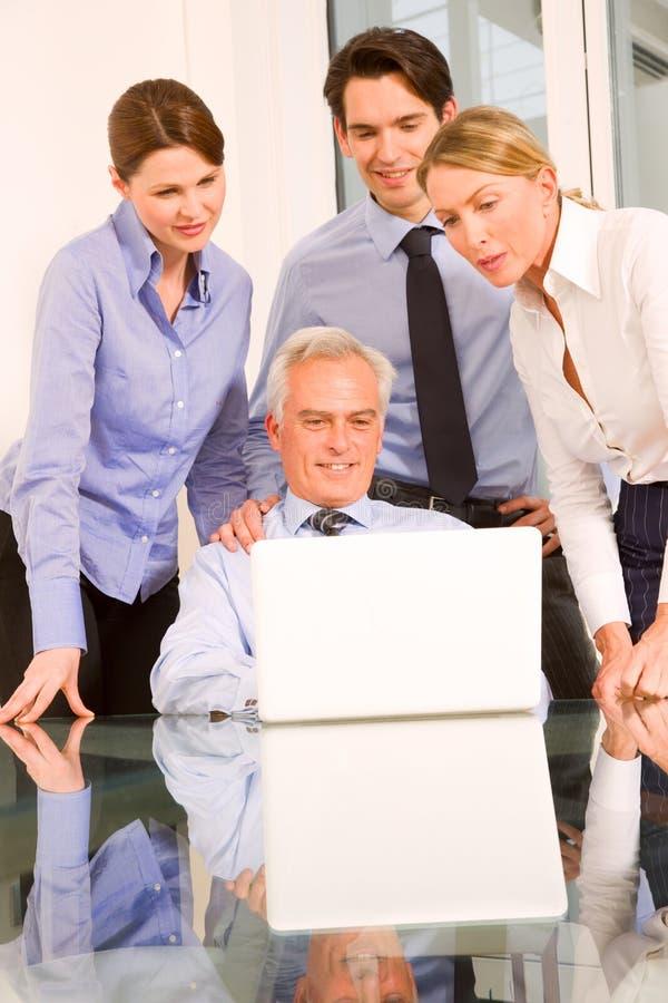 Hombres de negocios durante una reunión de funcionamiento fotografía de archivo