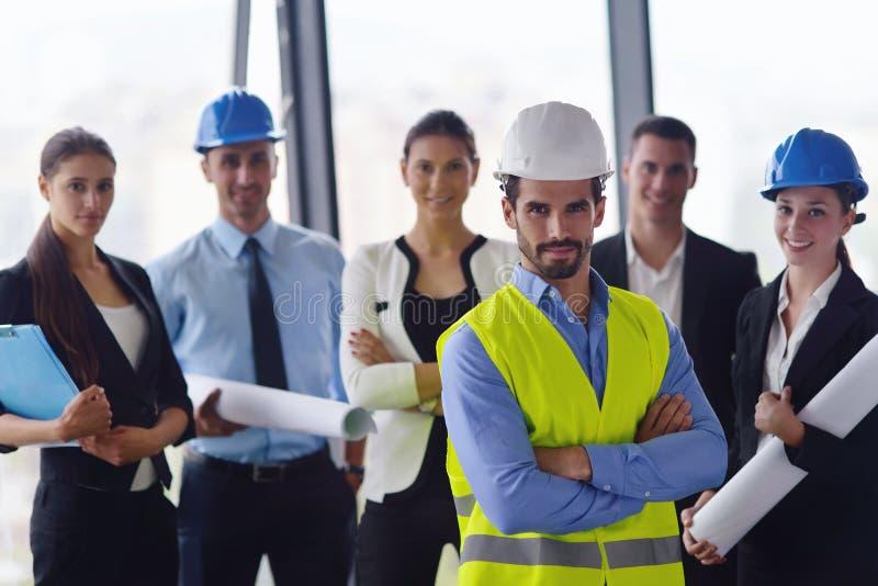 Hombres de negocios e ingenieros en la reunión imágenes de archivo libres de regalías