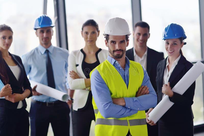 Hombres de negocios e ingenieros en la reunión fotografía de archivo