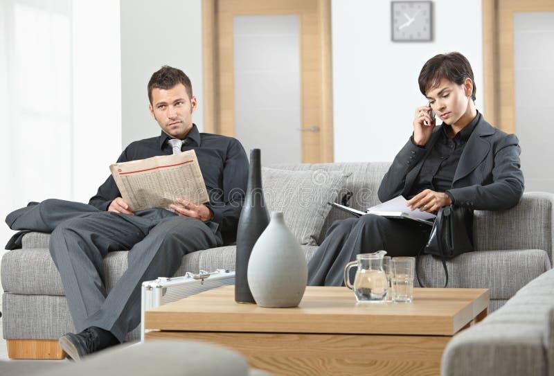 Hombres de negocios el esperar fotografía de archivo libre de regalías