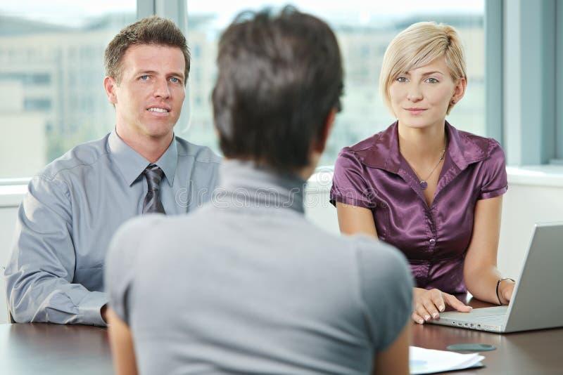 Hombres de negocios el hablar fotografía de archivo