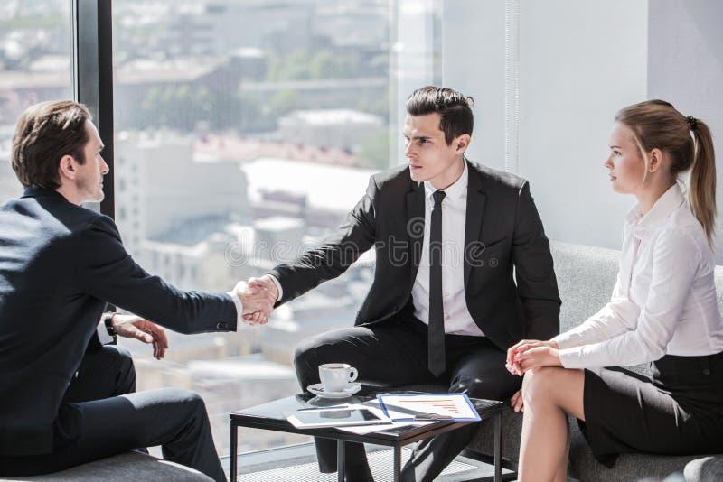 Hombres de negocios el hablar imágenes de archivo libres de regalías