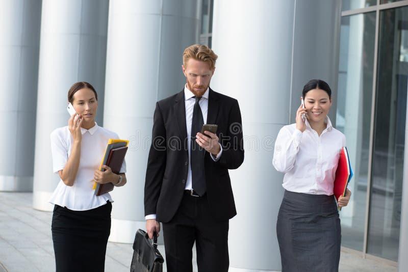Hombres de negocios el recorrer imagen de archivo libre de regalías