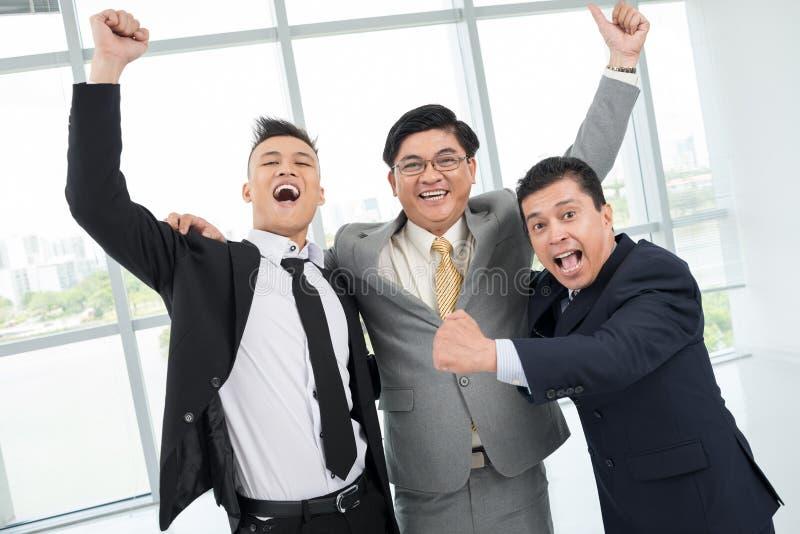 Hombres de negocios emocionados imagen de archivo