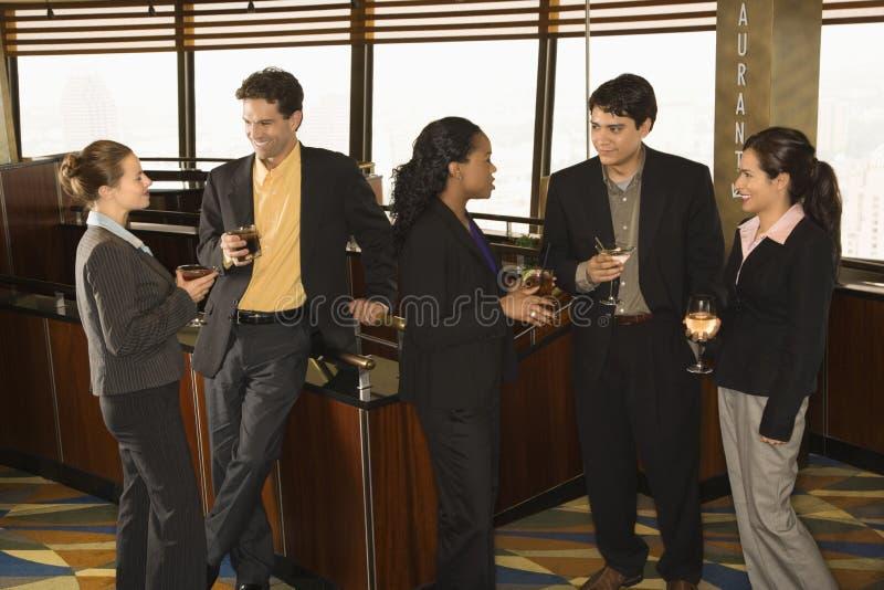 Hombres de negocios en barra. foto de archivo