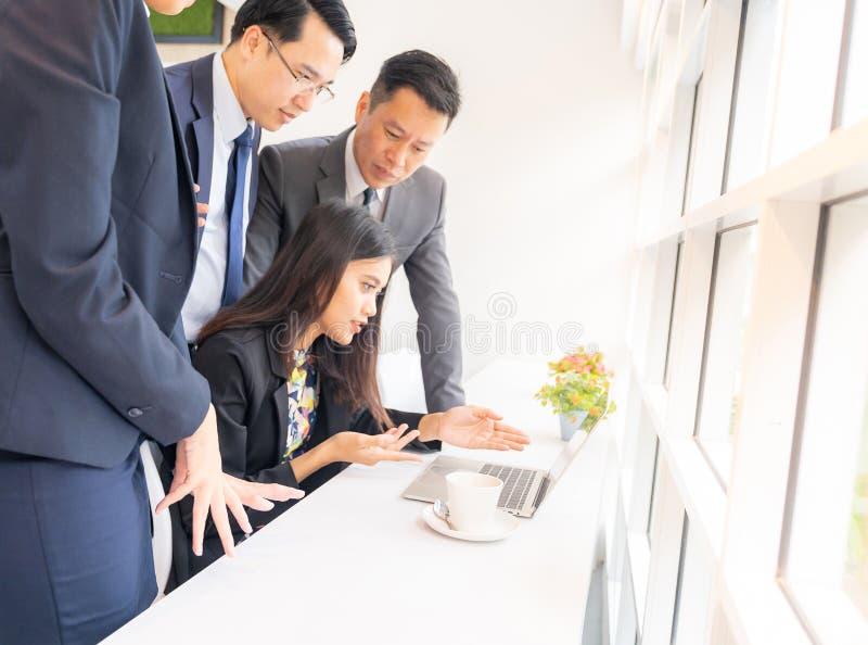 Hombres de negocios en café imágenes de archivo libres de regalías
