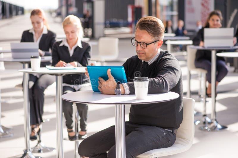 Hombres de negocios en caf? imagenes de archivo