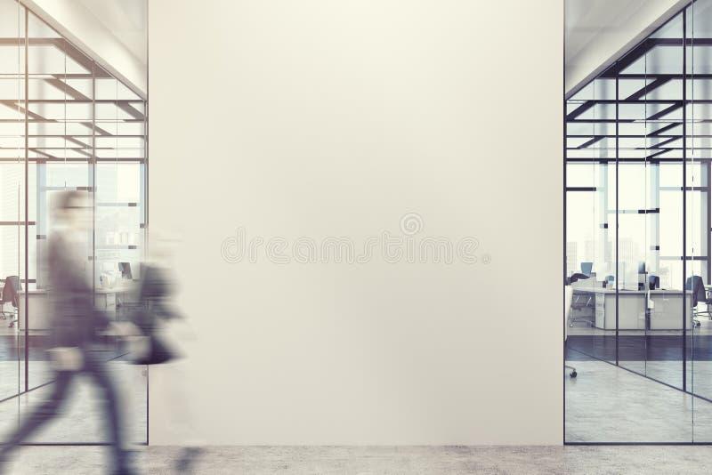 Hombres de negocios en el pasillo de la oficina, pared fotos de archivo