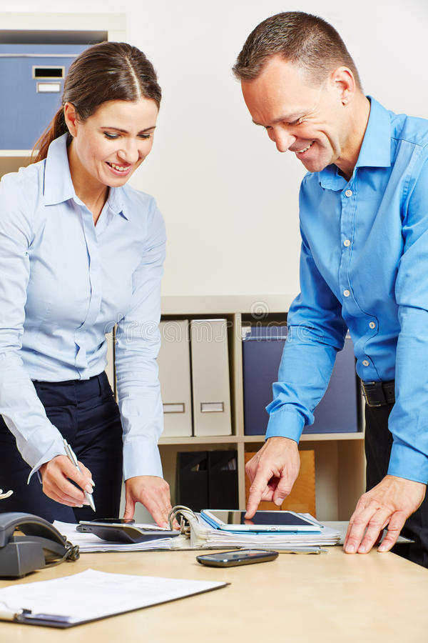 Hombres de negocios en el planeamiento de la oficina con la tableta imagenes de archivo
