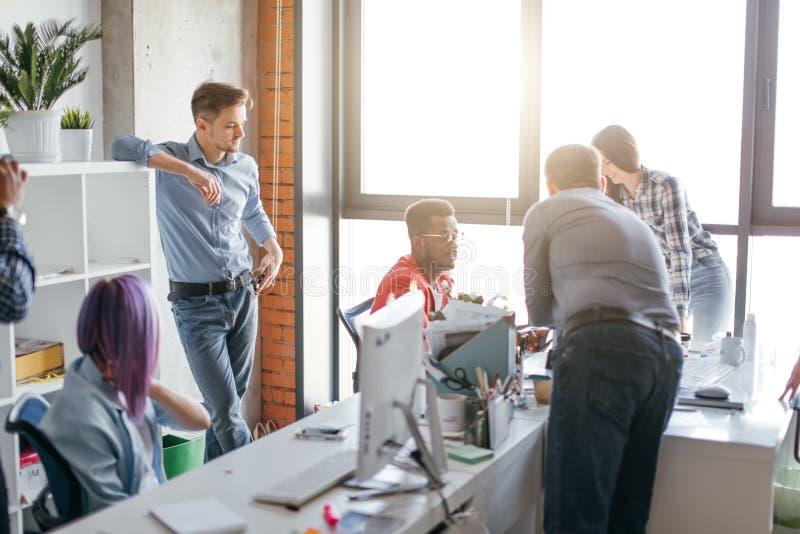 Hombres de negocios en el trabajo en un espacio de oficina de lujo ocupado imagenes de archivo