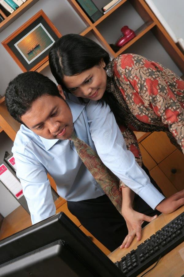 Hombres de negocios en la oficina imagen de archivo