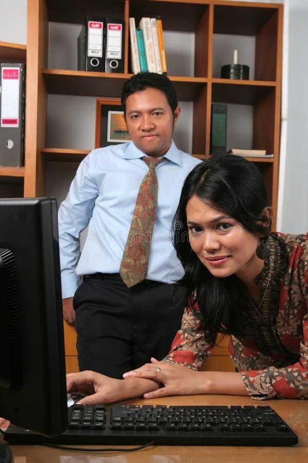 Hombres de negocios en la oficina fotografía de archivo libre de regalías
