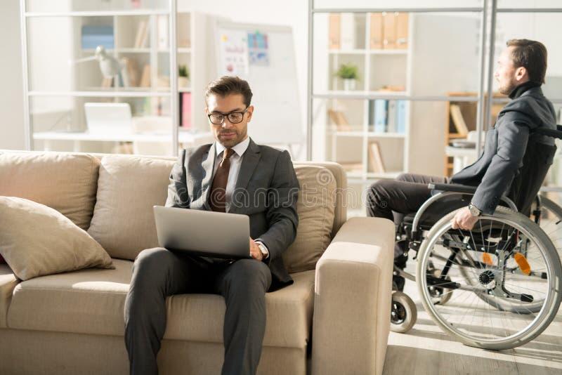 Hombres de negocios en la oficina moderna imagen de archivo