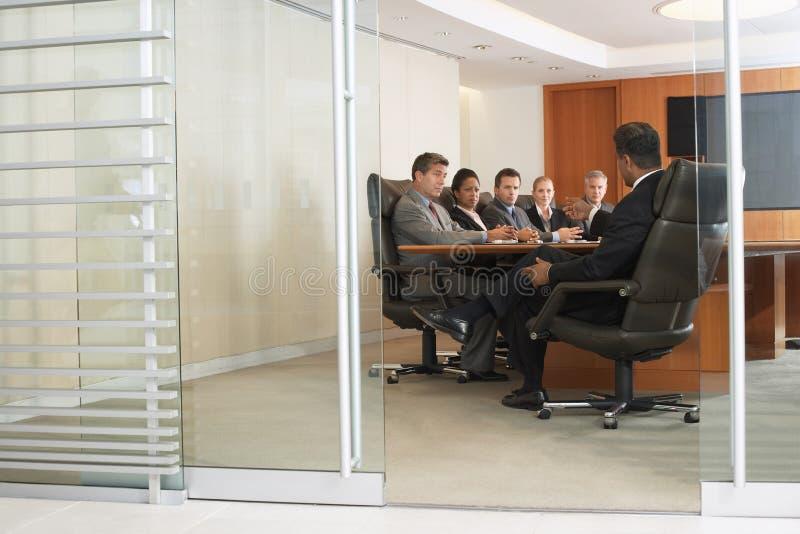 Hombres de negocios en la reunión imagenes de archivo