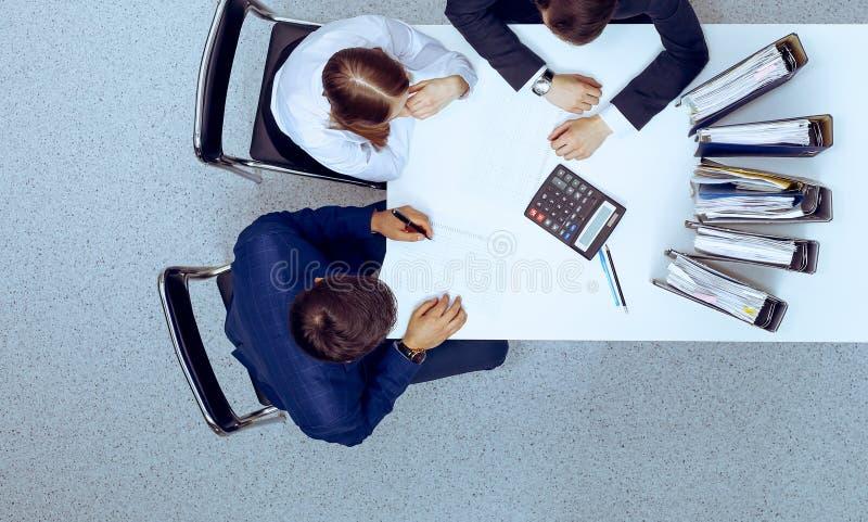 Hombres de negocios en la reuni?n, visi?n desde arriba Contable o inspector financiero que hace informe, el c?lculo o la comproba imagen de archivo