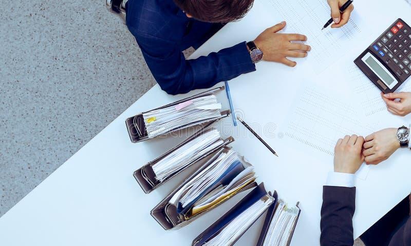 Hombres de negocios en la reuni?n, visi?n desde arriba Contable o inspector financiero que hace informe, el c?lculo o la comproba fotografía de archivo