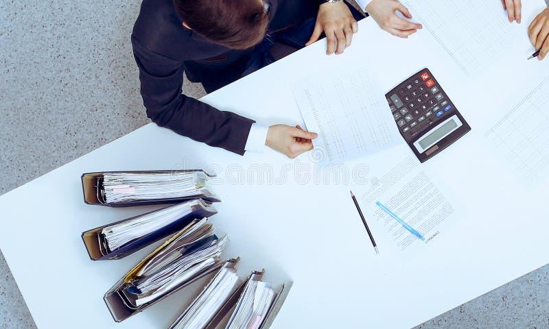 Hombres de negocios en la reuni?n, visi?n desde arriba Contable o inspector financiero que hace informe, el c?lculo o la comproba fotos de archivo libres de regalías