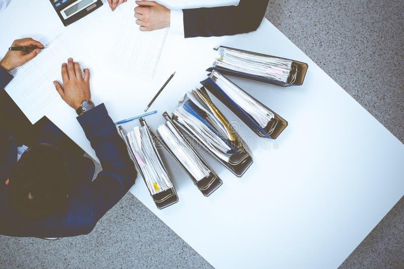 Hombres de negocios en la reuni?n, visi?n desde arriba Contable o inspector financiero que hace informe, el c?lculo o la comproba fotos de archivo