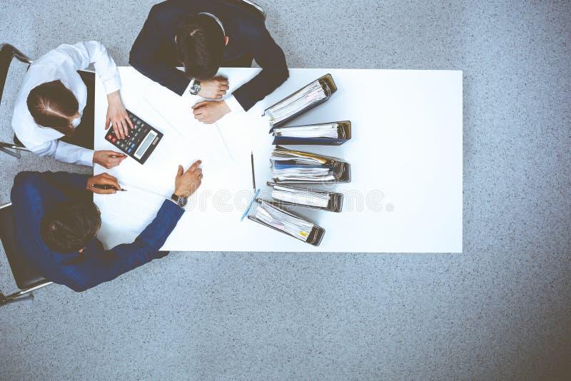 Hombres de negocios en la reuni?n, visi?n desde arriba Contable o inspector financiero que hace informe, el c?lculo o la comproba imágenes de archivo libres de regalías