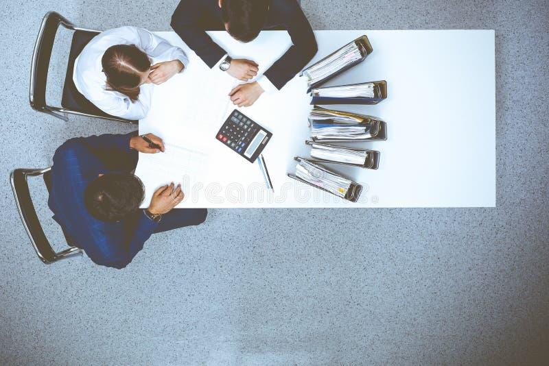 Hombres de negocios en la reuni?n, visi?n desde arriba Contable o inspector financiero que hace informe, el c?lculo o la comproba imagenes de archivo