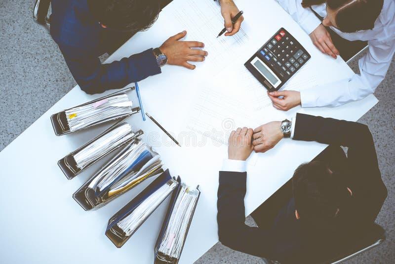Hombres de negocios en la reuni?n, visi?n desde arriba Contable o inspector financiero que hace informe, el c?lculo o la comproba fotografía de archivo libre de regalías