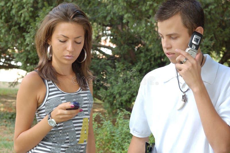Hombres de negocios en los teléfonos celulares foto de archivo libre de regalías