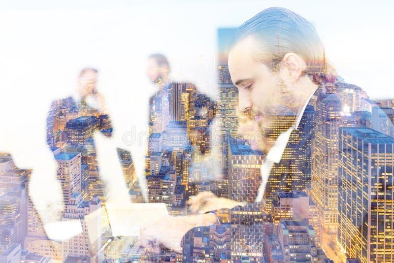 Hombres de negocios en oficina moderna imágenes de archivo libres de regalías