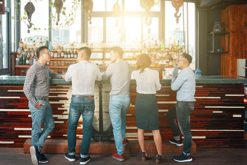 Hombres de negocios en pub imagenes de archivo