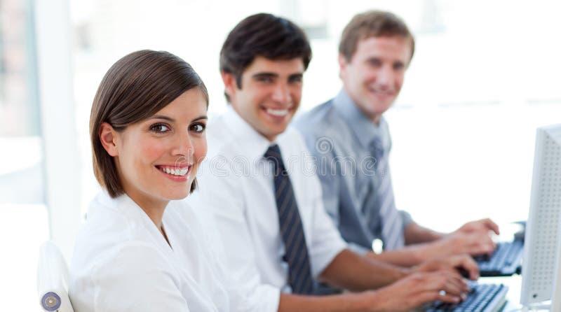 Hombres de negocios entusiásticos que trabajan en los ordenadores foto de archivo libre de regalías