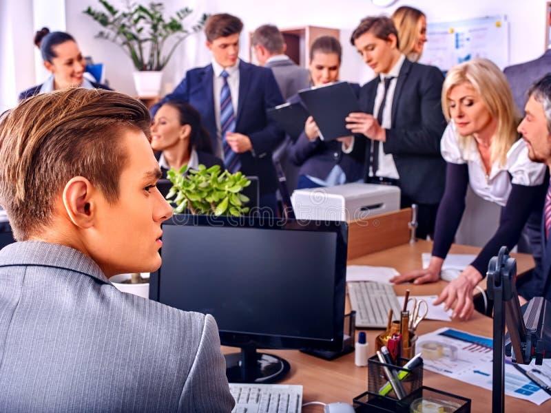 Hombres de negocios felices del grupo en oficina Gente consultada imagen de archivo
