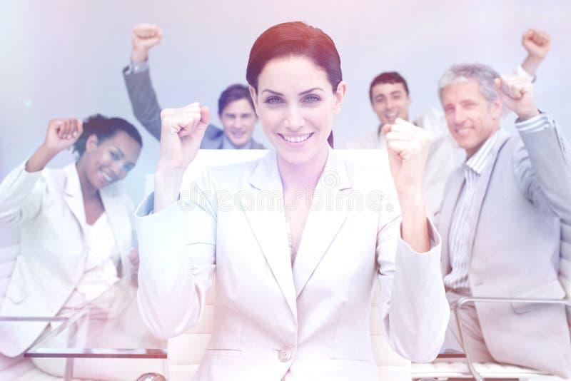 Hombres de negocios felices que celebran un éxito con las manos para arriba imagen de archivo