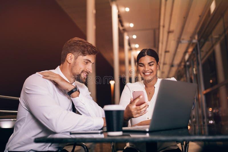 Hombres de negocios felices que esperan en el café del aeropuerto fotografía de archivo