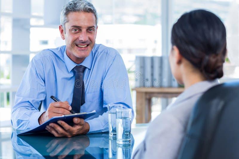 Hombres de negocios felices que hablan junto imagenes de archivo