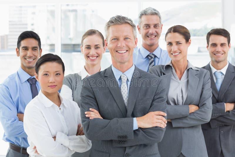 Hombres de negocios felices que miran la cámara con los brazos cruzados fotografía de archivo libre de regalías
