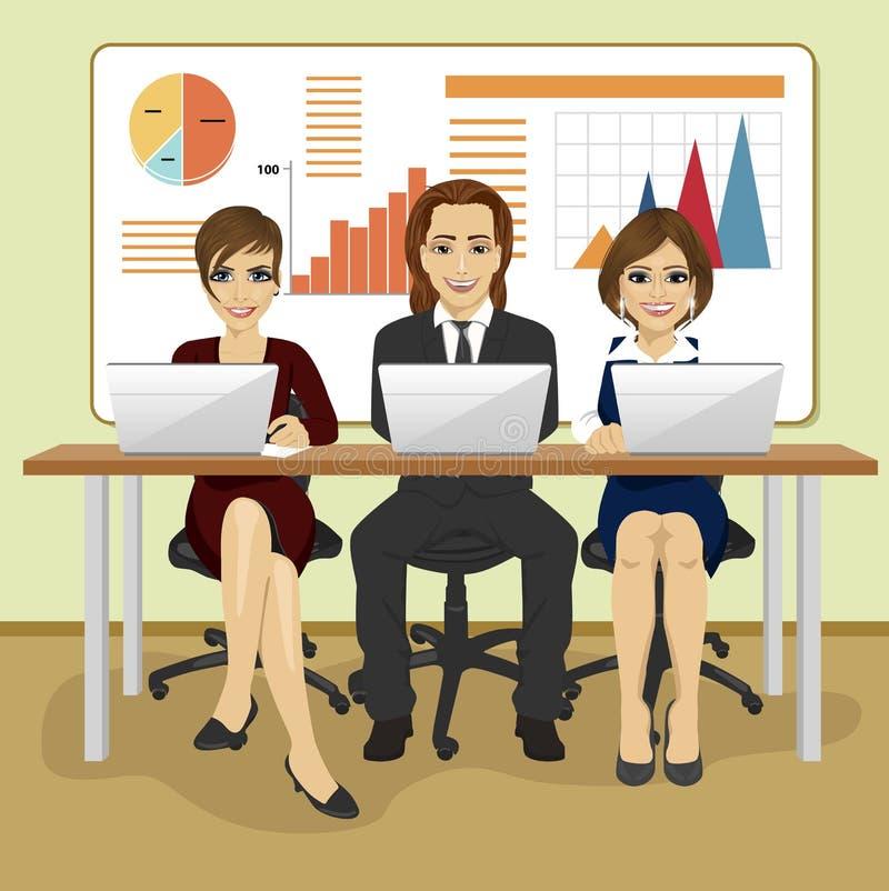 Hombres de negocios felices que se sientan con sus ordenadores portátiles en oficina delante de gráficos y de cartas stock de ilustración