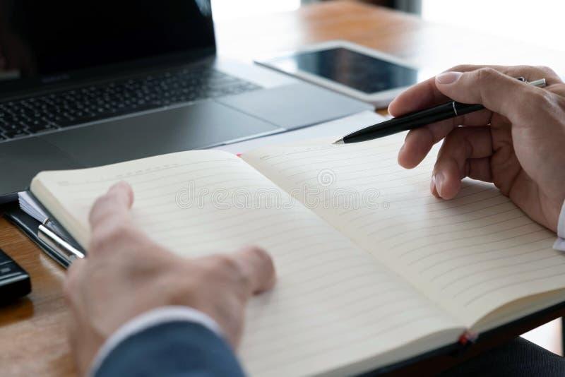 Hombres de negocios, finanzas, trabajo de la contabilidad, cuentas corrientes, usando las calculadoras y la información el encont fotos de archivo libres de regalías