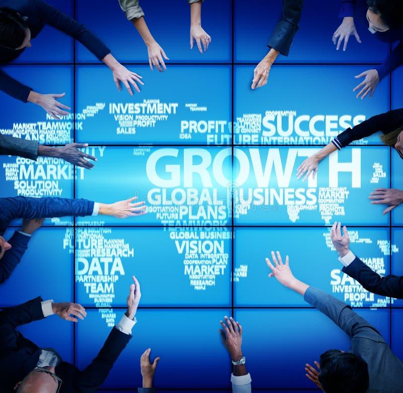 Hombres de negocios globales de la reunión del concepto global del crecimiento fotos de archivo