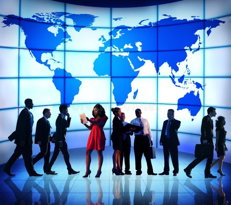 Hombres de negocios globales de los conceptos corporativos del mapa del mundo fotografía de archivo