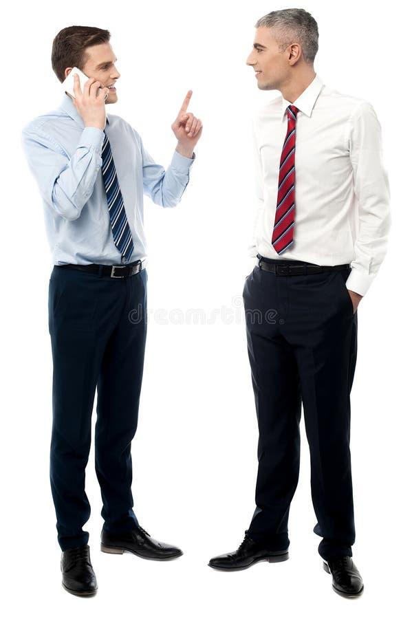 Hombres de negocios hermosos en la discusión imagen de archivo libre de regalías