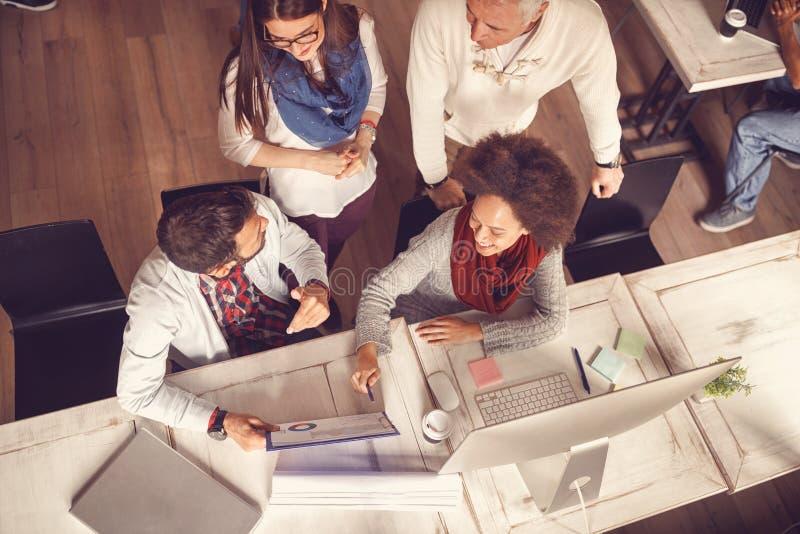 Hombres de negocios - ideas, creatividad, planeamiento, reunión, oficina a imágenes de archivo libres de regalías
