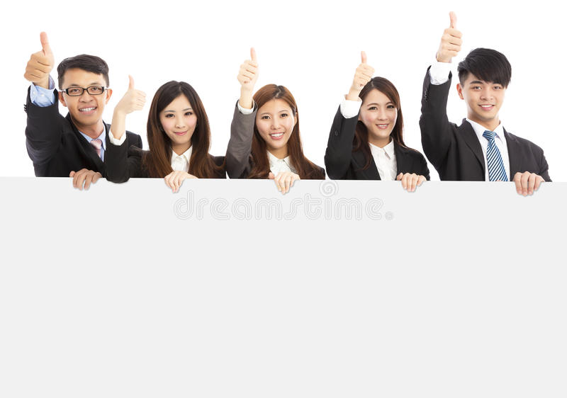 Hombres de negocios jovenes asiáticos que detienen el tablero blanco y el pulgar imagen de archivo libre de regalías