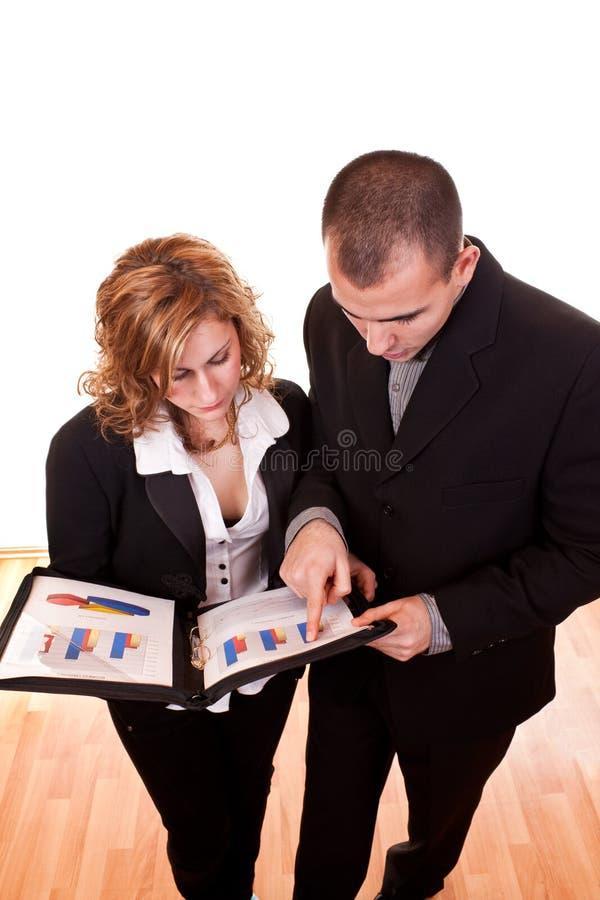 Hombres de negocios jovenes con los documentos fotografía de archivo