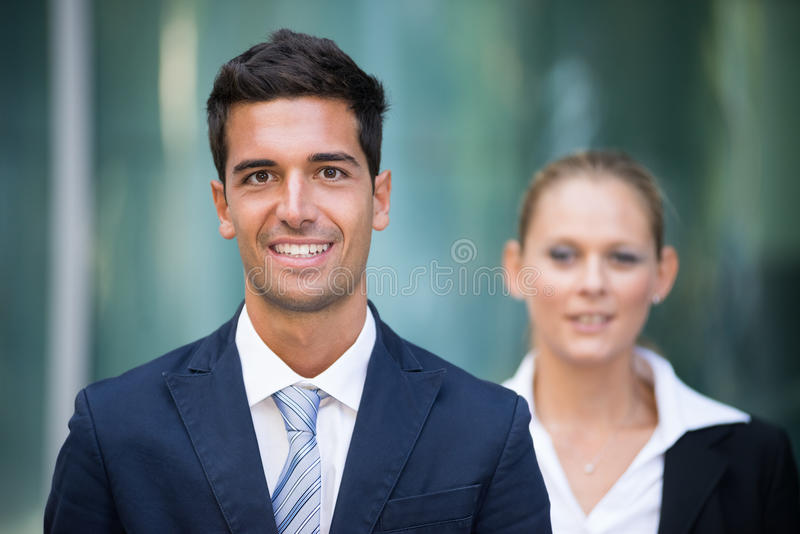 Hombres de negocios jovenes del retrato al aire libre imagen de archivo libre de regalías