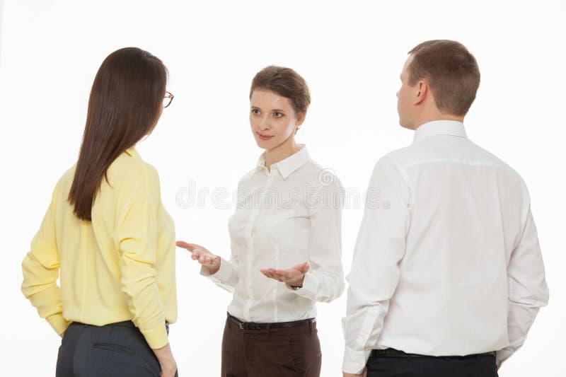 Hombres de negocios jovenes que discuten nueva idea del negocio foto de archivo