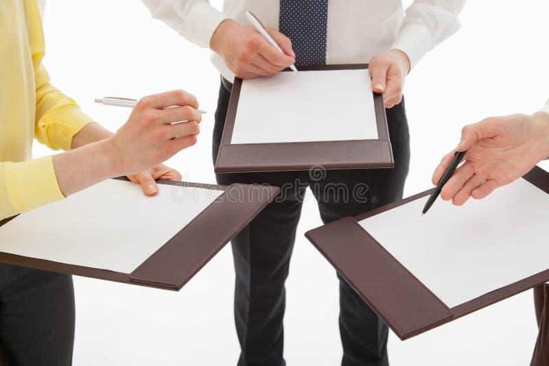 Hombres de negocios jovenes que discuten nueva idea del negocio imagenes de archivo