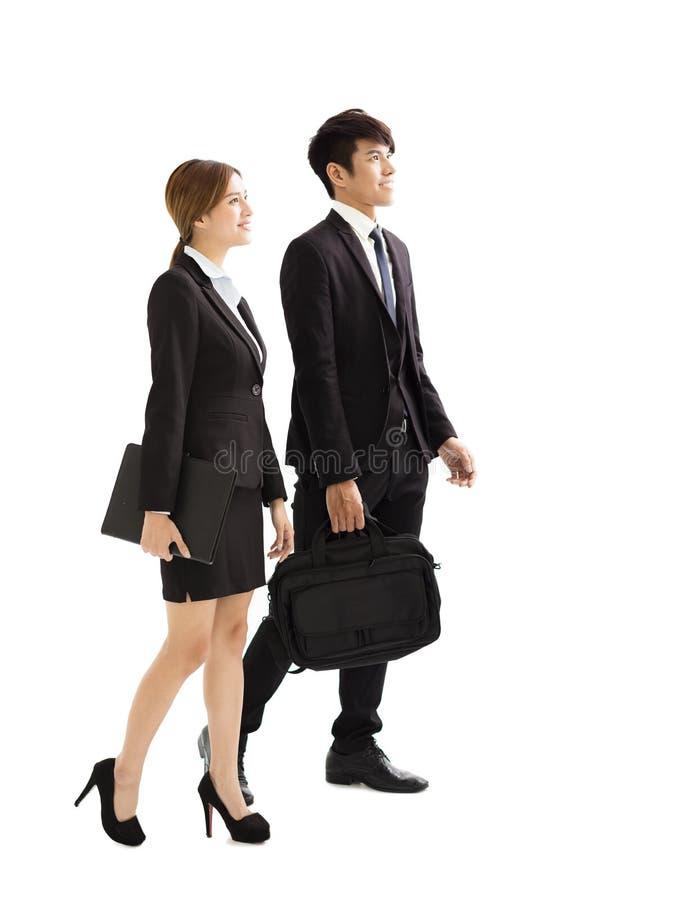 Hombres de negocios jovenes que hablan y que caminan junto imágenes de archivo libres de regalías